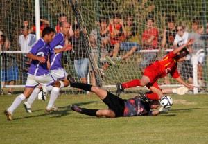 Penalti que cometió el portero de Moradillo ante la llegada de Omar // Fotografía: Iván Saeta